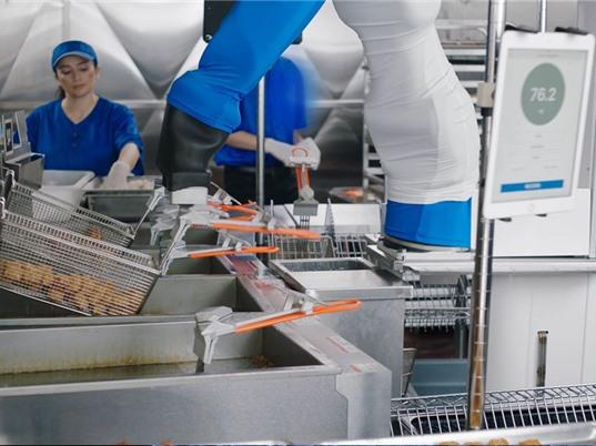 Walmart thử nghiệm robot nấu đồ chiên thay đầu bếp