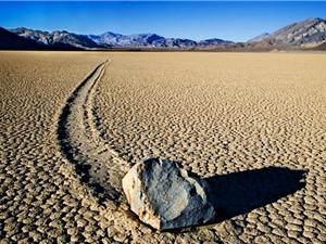Đá tự di chuyển tại Thung lũng chết