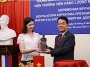 TS Trần Chí Thành được trao tượng Viện sỹ Igor Kurchatov cho những đóng góp trong khoa học hạt nhân