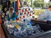 Dùng rác thải nhựa đổi vé xe buýt ở Indonesia