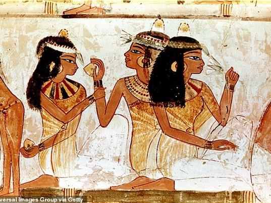 Tái tạo nước hoa của Nữ hoàng Ai Cập từ công thức 2000 năm tuổi