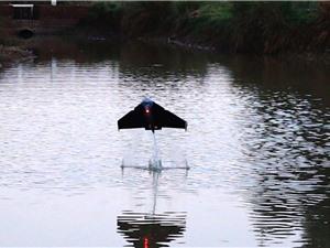 Robot tự bay lên khỏi mặt nước và lướt đi trong không trung