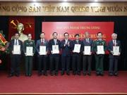 """Bộ trưởng Bộ KH&CN Chu Ngọc Anh nhận Kỷ niệm chương """"Vì sự nghiệp đối ngoại của Đảng"""""""