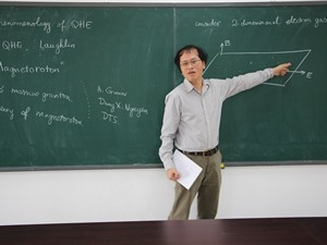 Giáo sư Đàm Thanh Sơn giảng bài về hiệu ứng Hall lượng tử phân số ở trường Đại học Phenikaa