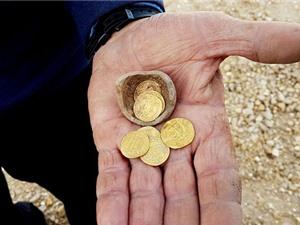 """Bí ẩn """"con heo đất"""" với những đồng tiền vàng 1.200 năm tuổi được phát hiện ở Israel"""