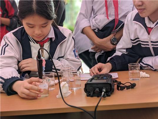 Học sinh tìm hiểu về ô nhiễm và rác thải cùng nhà khoa học