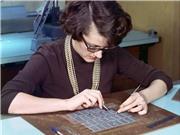 Thời bộ nhớ máy tính được phụ nữ xâu tay