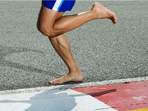 Chạy bằng giày làm chân yếu đi, nhưng chạy chân trần có phải là giải pháp?