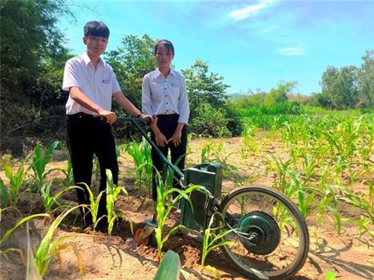 Học sinh lớp 9 chế tạo máy cày làm cỏ và bón phân