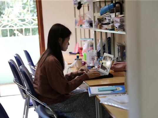 Sinh viên học trực tuyến: Những yếu tố ảnh hưởng đến nhận thức và thái độ