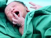 Người mẹ đã tiêm vaccine Covid-19 truyền kháng thể sang con