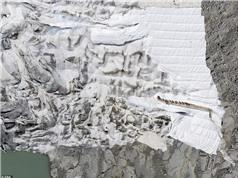 """[Video] """"Đắp chăn"""" bảo vệ sông băng khỏi tan chảy do biến đổi khí hậu"""