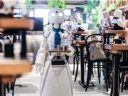 Người khuyết tật ngồi nhà điều khiển robot phục vụ cà phê cho khách ở quán