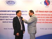 GS.VS Châu Văn Minh nhận Huy chương của Viện Hàn lâm Khoa học Quốc gia Belarus